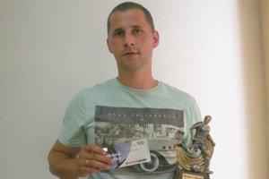 P. Chrenko. Futbalistovi sme odovzdali darčekovú poukážku a trofej.