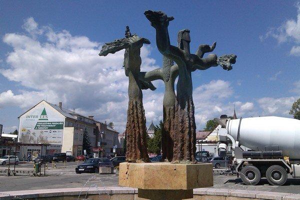 Tri grácie vo fontáne pred Domom služieb v Liptovskom Mikuláši.