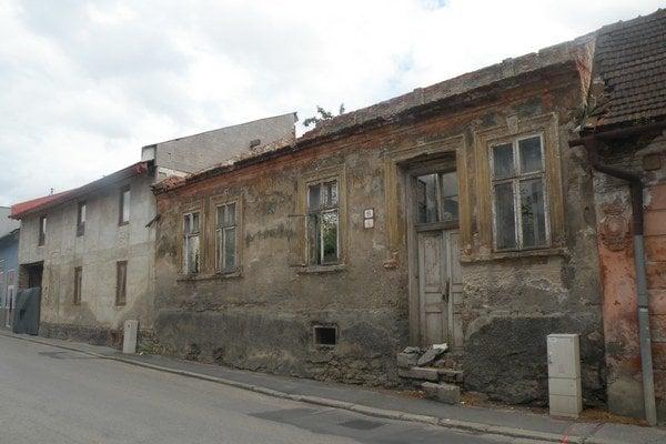 Jeden z najodpudivejších domov v Ružomberku na Poľnej ulici. Strecha sa prepadla a rastú v ňom stromy a kríky. Ak ho nezbúrajú, časom sa rozsype sám.