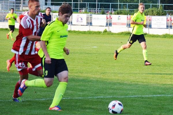 Seredčania včera doma remizovali 0:0. Na snímke z duelu s Banskou Bystricou Ľuboslav Laura (9) a Sinan Medgyes (16).