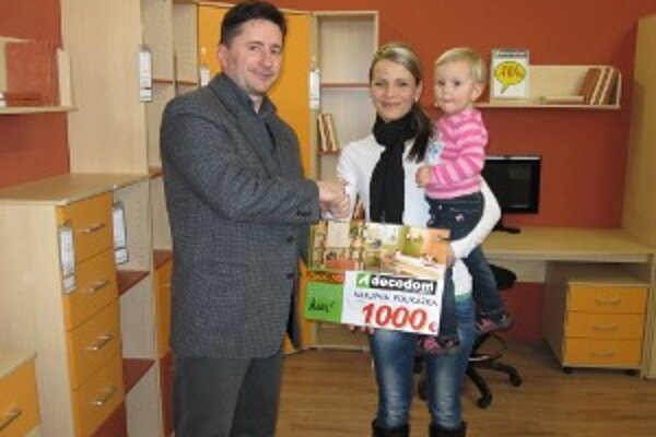Víťazka si prevzala poukážku na nákup zariadenia detskej izby od zástupcu spoločnosti Decodom Štefana Kuklu.