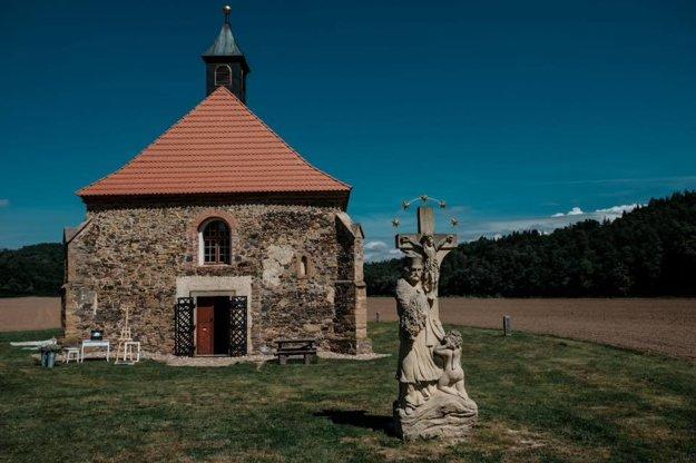 Stavili na romantiku. Maličký kostolík dodal obradu čarovnú atmosféru.