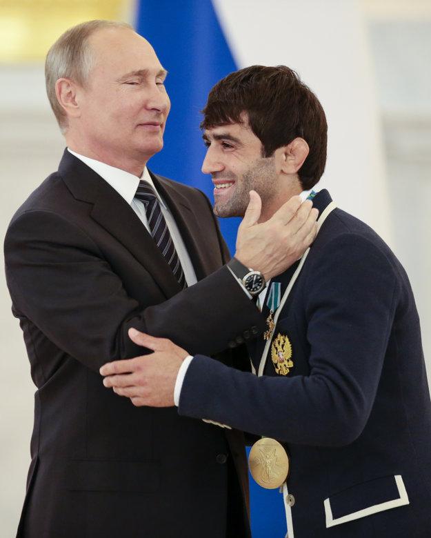 Vladimir Putin ďakuje džudistovi Beslanovi Mudranovovi.