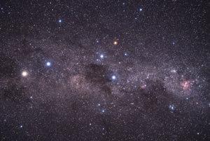 Svetlá žltá hviezda v ľavej časti obrázka je Alfa Centauri, v skutočnosti sústava troch hviezd.