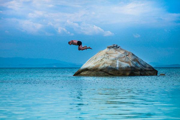 Skok do vody na pláži Kavourtripes.
