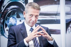 Ralf Sacht má 53 rokov. Od februára je predsedom predstavenstva Volkswagen Slovakia. Svoju odbornú kariéru začal v roku 1984 ako pracovník montáže vozidiel Volkswagenu vo Wolfsburgu. Počas kariéry vo Volkswagene pôsobil v rôznych riadiacich pozíciách. Okrem iných, viedol od roku 2003 pilotnú halu Volkswagen Slovakia v Bratislave. O rok neskôr prebral riadenie koncernových nábehov, za ktoré bol až doteraz zodpovedný v personálnej únii. Vedúcim pilotnej haly značky Volkswagen sa stal v roku 2007.