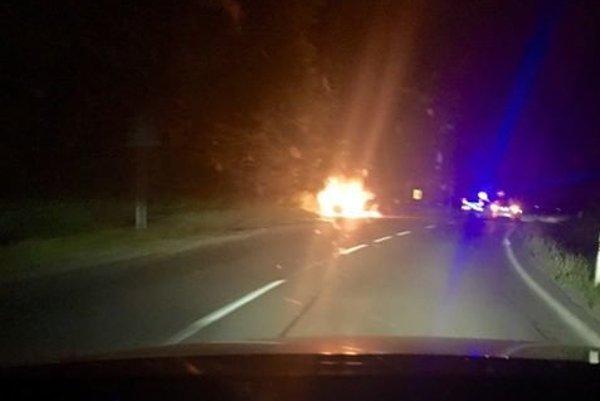 """""""To opustené auto horí,"""" písal v noci na Facebook autor fotografie."""