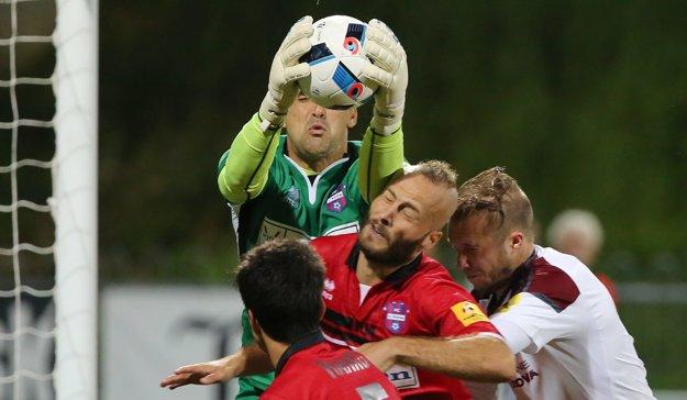 Brankár Zlatých Moraviec Pavel Kováč chytá vo výskoku loptu do svojich rúk.