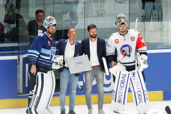 Najlepšími hráčmi duelu boli gólmani Michal Valent a Matěj Machovský. Pózujú s nimi kluboví funkcionári Martin Straka a Tomáš Chrenko.