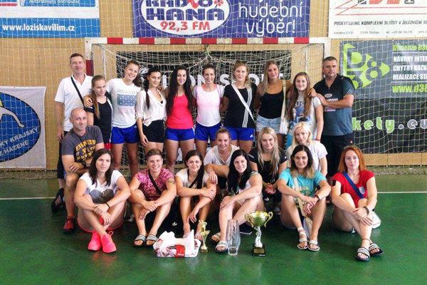 Hádzanárky Šale získali v Olomouci víťazný pohár tretí rok po sebe.