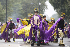 Účastníci festivalu Notting Hill.