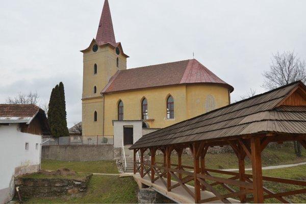 Kostol vo Vlachove. Historici jeho pôvod datujú do konca 15. storočia.