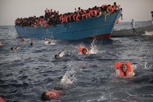 Preplnená loď s migrantmi.