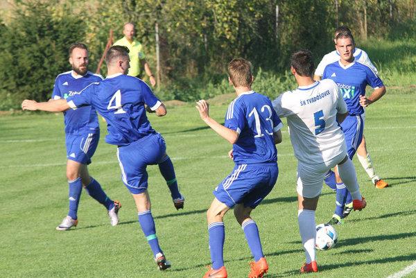 Futbalisti Čeľadíc (v modrom) porazili Tvrdošovce 3:1 a dostali sa o skóre do čela tabuľky.