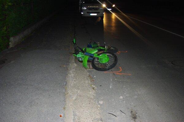 Vodič neznámeho auta po dopravnej nehode na mieste nezastavil.