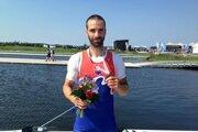 Lukáš Babač pózuje s bronzovou medailou.