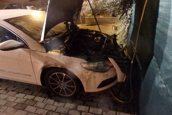Požiar zachvátil motorovú časť.