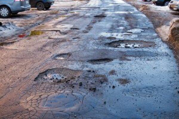 Nie všetky zničené cesty sa tento rok dočkajú opráv.