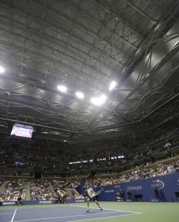 Andreas Seppi odvracia loptičku už pod zatvorenou strechou.