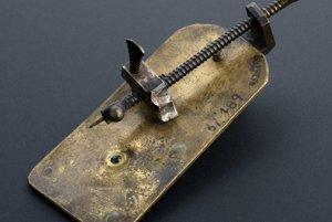 Toto je pôvodný Leeuwenhoekov mikroskop. Mal len jednu šošovku. Vzorka sa napichla na ihlu a šroubovaním sa približovala či vzďalovala od šošovky.