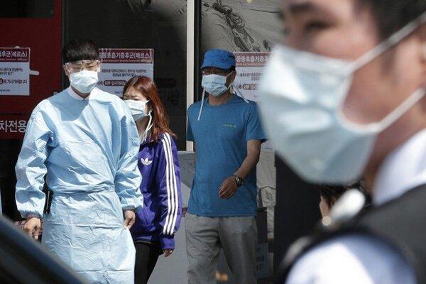 Rúška sú v súčasnosti na kórejských uliciach nutnosťou.
