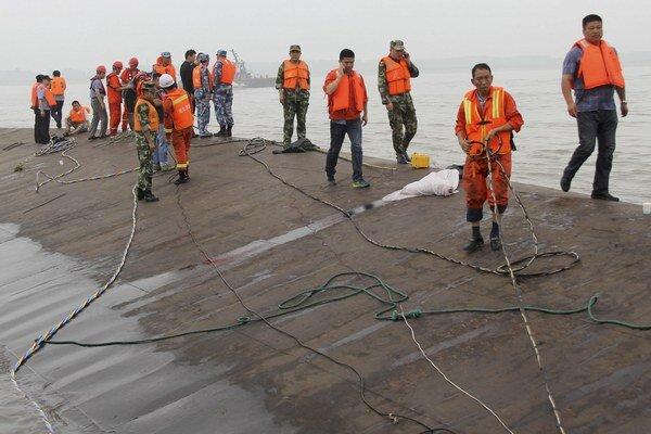 Hĺbka rieky na mieste nešťastia dosahuje podľa agentúry China News Service približne 15 metrov.