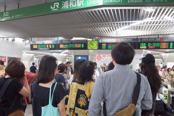 Pred niektorými železničnými stanicami sa nazbierali davy ľudí.
