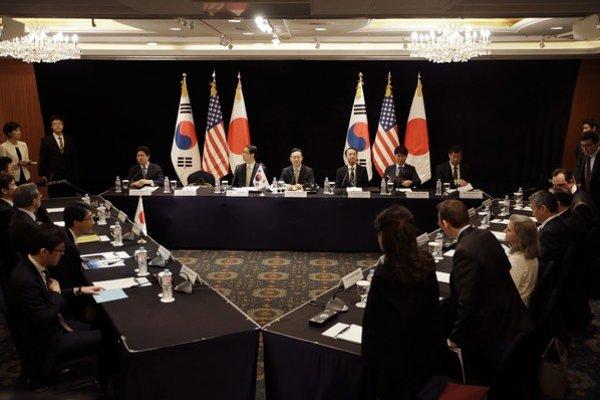 Južná Kórea, USA a Japonsko sú tri z tejto šestice krajín, usilujúcich sa o ukončenie severokórejského nukleárneho programu výmenou za poskytnutie humanitárnej pomoci a politických ústupkov. Zvyšné tri krajiny sú Severná Kórea, Čína a Rusko.