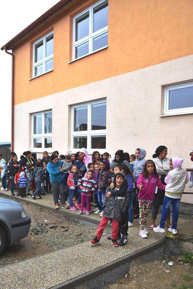 Tlačenica pred školou v Rakúsoch v prvý deň školskej dochádzky po prázdninách.