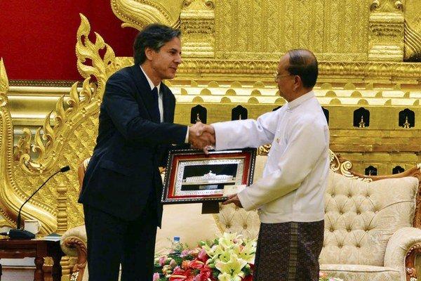 Mjanmarský kráľ Thein Sein (vpravo).