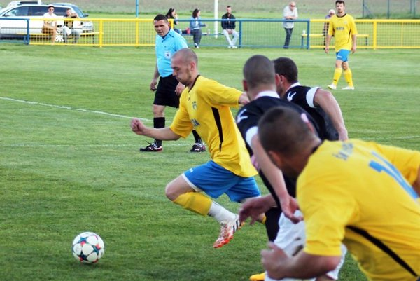 Marek Sperka (s loptou) zaznamenal hetrik v prvom domácom zápase Nevidzian v tejto sezóne.