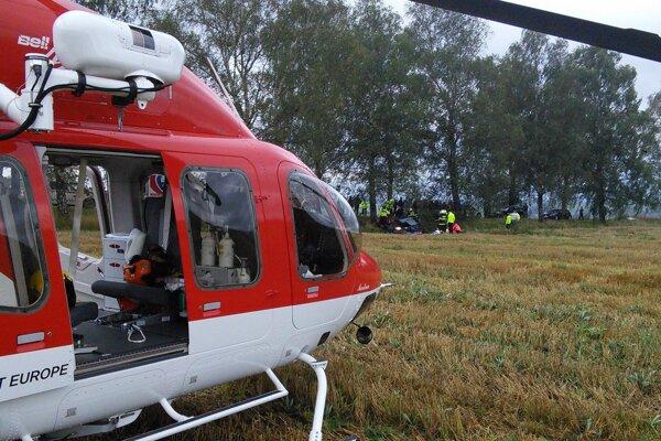 Na mieste nehody zasahoval záchranársky vrtuľník.