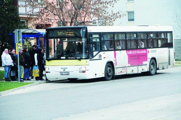 V súčasnosti je mestská hromadná doprava vmeste zabezpečená jednou linkou.