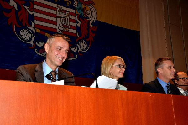 Vedenie magistrátu. Primátor R. Raši so svojimi námestníkmi sa obrátil pre vyjadrenia Košičanov na Facebooku na políciu, dozvedel sa R. Andrášik na polícii.