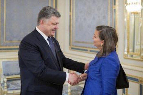 Námestníčka šéfa americkej diplomacie pre európske záležitosti Victoria Nulandová na stretnutí s ukrajinským prezidentom Petrom Porošenkom.