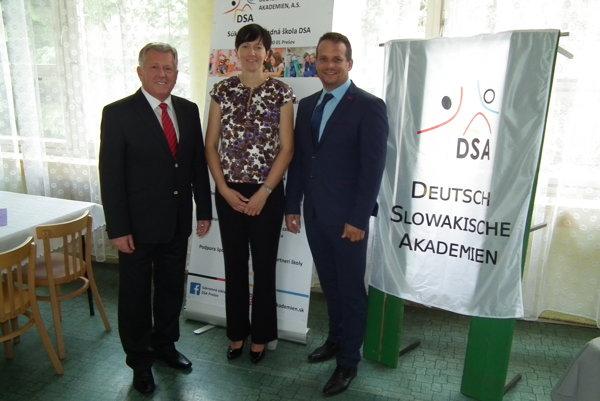 Vľavo riaditeľ školy Eduard Schwarzbacher, vpravo Marek Nikel, predseda predstavenstva DSA.