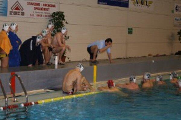Nováčania v bazéne úradujúceho majstra nepochodili.