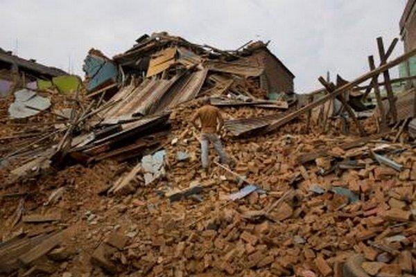 Zrútený dom po ďalšom zemetrasení  v nepálskom meste Čautará.