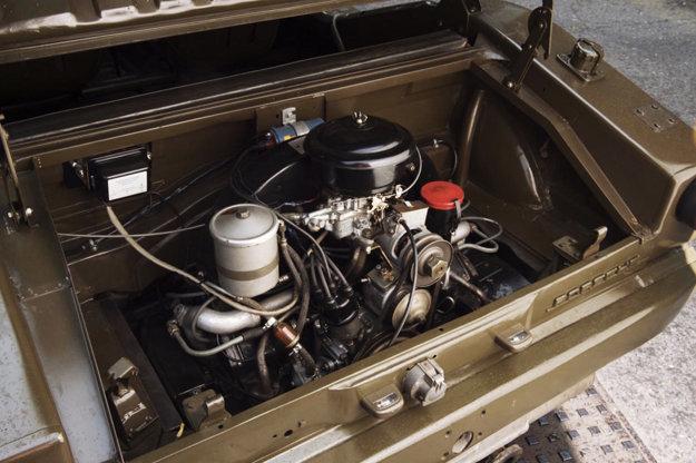 Terénne vozidlo poháňa vzadu umiestnený plochý štvorvalec s výkonom 37 kW