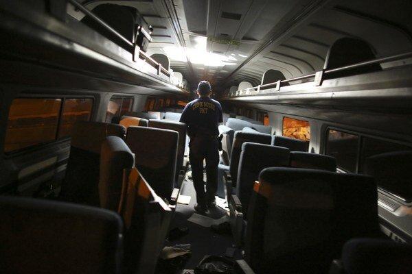 Vyšetrovateľ prehľadáva interiér vlaku vo Philaddelphii.