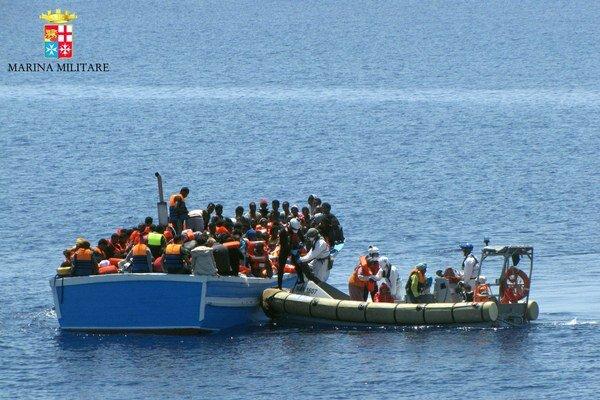 Zachránených migrantov previezli na Sicíliu.