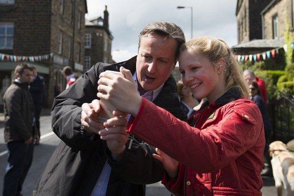 Predvolebná kampaň vrcholí. David Cameron obchádza voličov aj posledné dni pred parlamentnými voľbami.