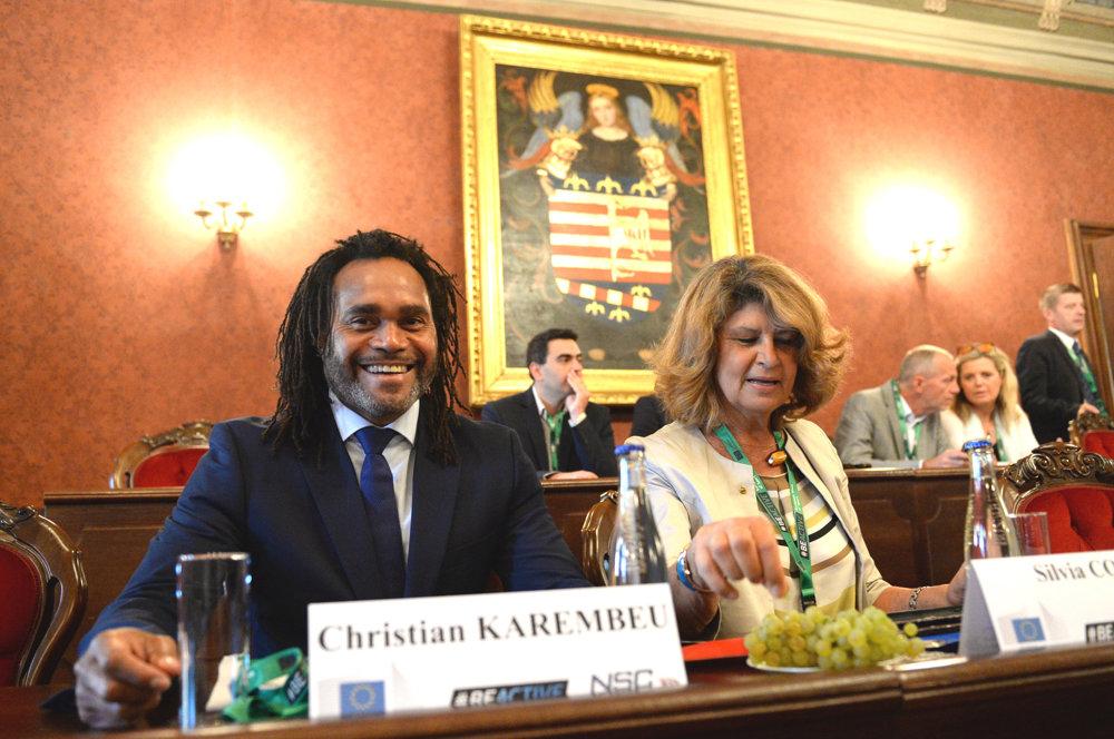 Na snímke zľava ambasádor a bývalý futbalista Christian Karembeu a predsedníčka Výboru pre kultúru a vzdelávanie v Európskom parlamente Silvia Costa.