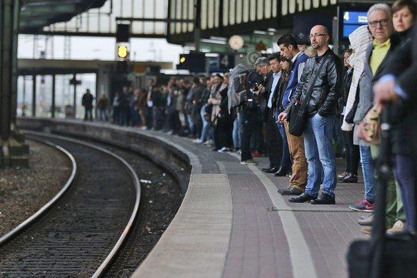 Cestujúci čakajú na železničnej stanici počas štrajku rušňovodičov  v nemeckom Duisburgu.