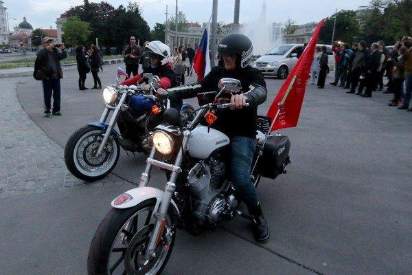 Dvaja členovia ruského motocyklového klubu Noční vlci dorazili v sobotu večer do Viedne.