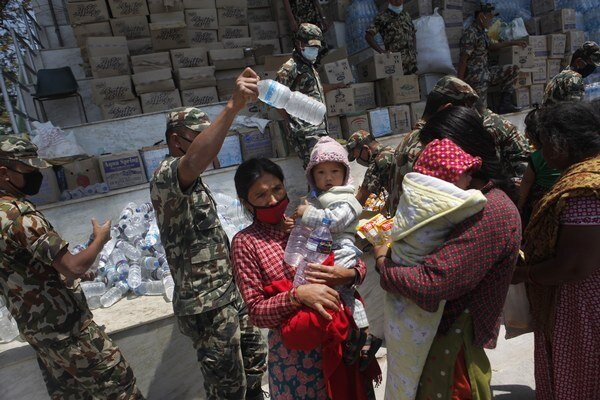 Záchranári aj naďalej pokračujú vo vyslobodzovaní mŕtvych tiel spod sutín, a to najmä vo vidieckych oblastiach.