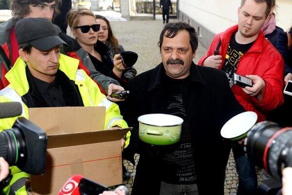 Protesty, ktoré František Tanko organizuje pred Úradom vlády sú zvyčajne typu one man show. Na snímke z roku 2013 Tanko drží v ruke prázdny hrniec pre premiéra Roberta Fica.
