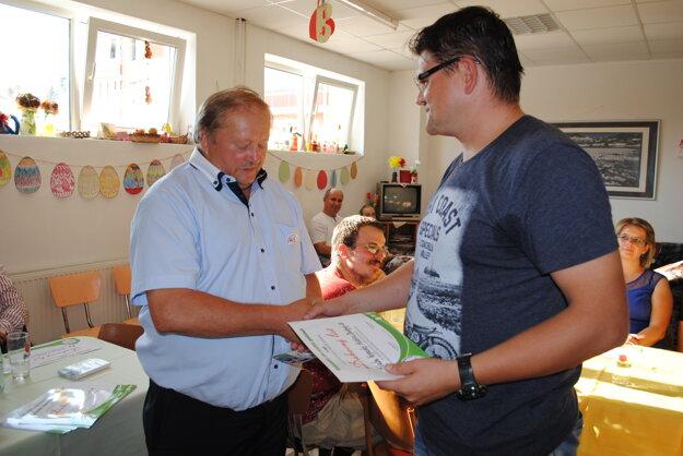 Ďakovný list. Z rúk predsedu Jaroslava Zelinku (vľavo) ho preberá Radoslav Turík zKlubu vojenskej histórie Beskydy.