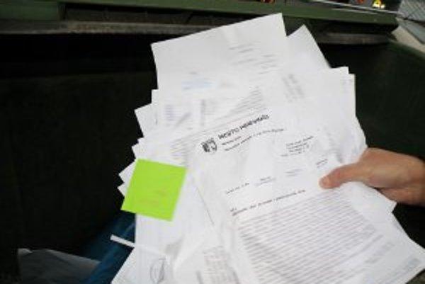Dokumenty na hlavičkovom papieri mesta našli obyvatelia v kontajneri na odpadky.