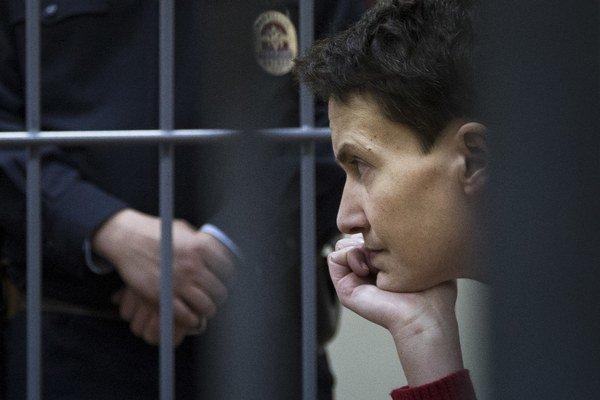 Ukrajinská pilotka obvinenia popiera a tvrdí, že ju do Ruska zavliekli násilím po tom, čo ju zajali proruskí separatisti.